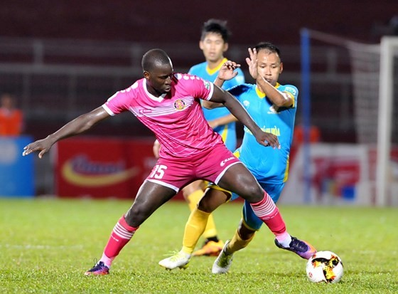 Trận CLB Sài Gòn hòa 1 - 1 với Sanna Khánh Hòa (phải) trên sân Thống Nhất. Ảnh: NGUYỄN NHÂN