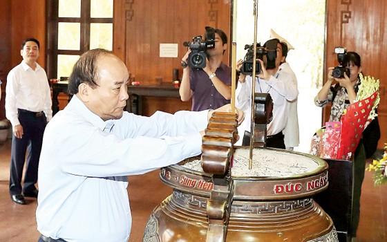 Thủ tướng Nguyễn Xuân Phúc dâng hương tại Khu Di tích quốc gia đặc biệt Kim Liên ảnh 1