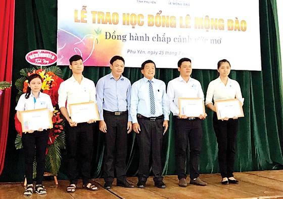 Quỹ Hỗ trợ giáo dục Lê Mộng Đào tiếp tục đồng hành cùng các SV-HS tại 5 tỉnh thành ảnh 2