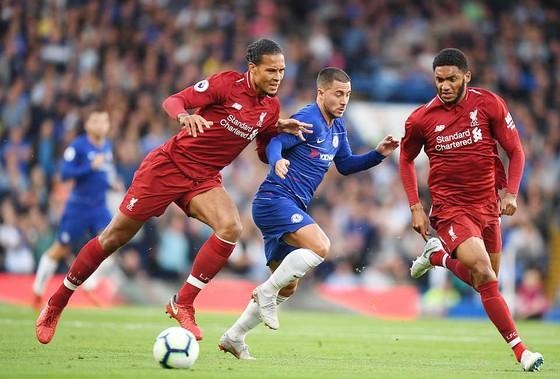 Chelsea (giữa) và Liverpool hòa nhau 1 - 1 tại vòng 7 Giải Ngoại hạng Anh.