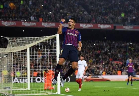 Tiền đạo Luis Suarez ghi bàn thắng vào lưới Sevilla, nâng tỷ số lên 3 - 0 cho Barcelona
