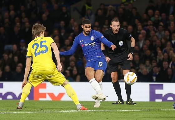Ruben Loftus-Cheek (áo xanh, Chelsea) lập cú hattrick vào lưới BATE Borisov