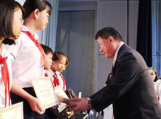 Trao 400 phần học bổng cho học sinh nghèo vượt khó ở Đồng Nai ảnh 1