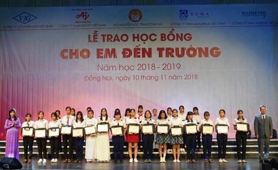 Trao 400 phần học bổng cho học sinh nghèo vượt khó ở Đồng Nai ảnh 2
