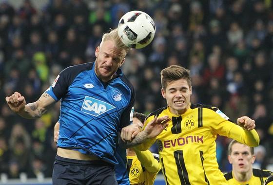 Dortmund (phải) sẽ quyết đấu với Hoffenheim để tranh vị trí thứ ba trên bảng xếp hạng.