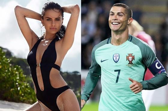 Ronaldo mời người mẫu Vera Alohno tới dự khán trận đấu của tuyển Bồ Đào Nha