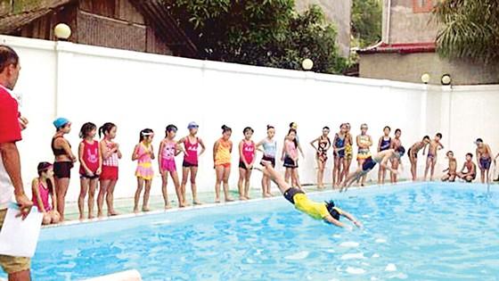 Bơi lội là môn thể thao rất được trẻ em ưa chuộng vào mùa hè