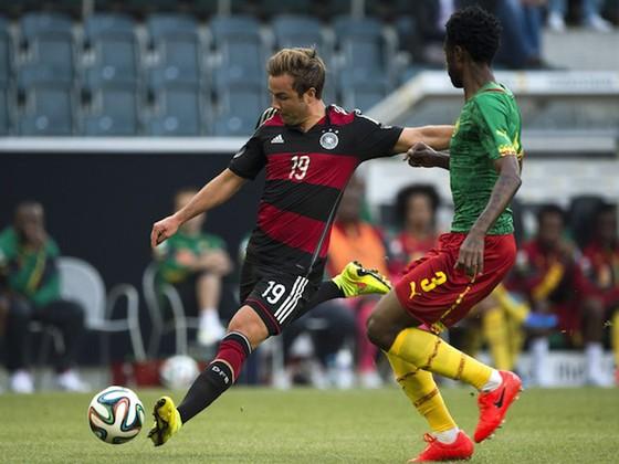 Cameroon (phải, Nicolas Nkoulou) từng cầm chân tuyển Đức (Mario Goetzer) trong lần gặp gần nhất vào năm 2014.