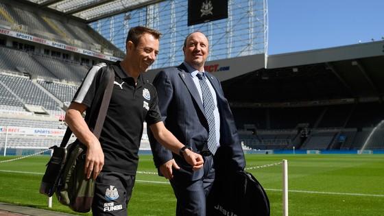 HLV Benitez (phải) đang cùng các đồng sự làm việc tích cực trên thị trường chuyển nhượng