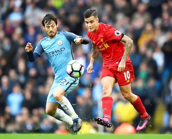 Philippe Coutinho (phải, Liverpool) tranh bóng với David Silva (Man.City) ở lần đối đầu mùa trước
