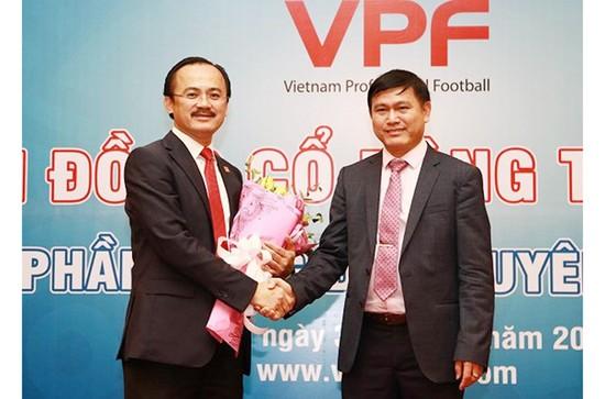Tân Chủ tịch VPF Trần Anh Tú (phải) trao hoa tặng cựu Chủ tịch Võ Quốc Thắng. Ảnh: VPF
