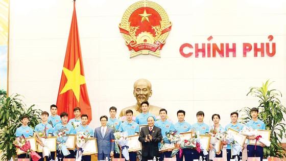 Thủ tướng Nguyễn Xuân Phúc và Phó Thủ tướng Vũ Đức Đam cùng các cầu thủ đội tuyển bóng đá U.23 Việt Nam