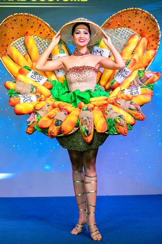 Trang phục dân tộc tại các cuộc thi sắc đẹp: Có nên giới hạn sáng tạo? ảnh 1