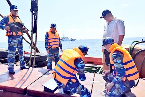 Nhức nhối buôn lậu trên biển ảnh 1
