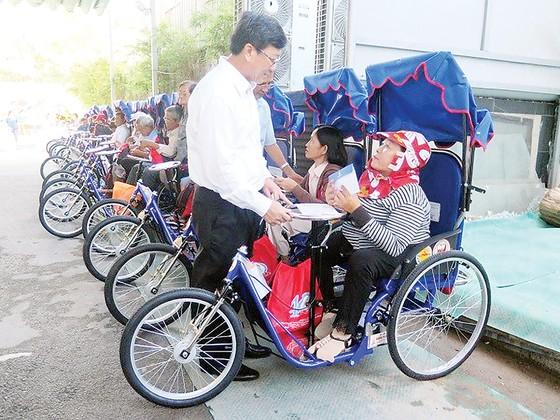 Công ty TNHH Một thành viên Xổ số kiến thiết TPHCM trao xe lắc tay cho người khuyết tật ảnh 1