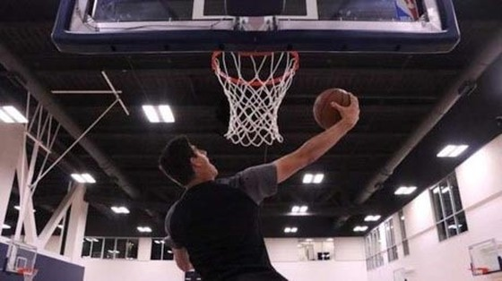 Courtois chấn thương khi quay quảng cáo cho NBA.