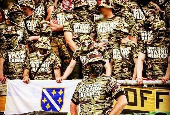 Các CĐV Dynamo Dresden trong trang phục quân đội.