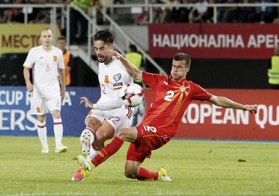 Isco (trái) trong trận đấu với Macedonia.
