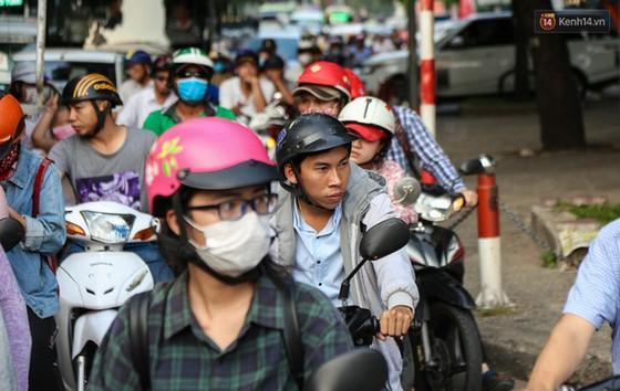 Giao thông ở Sài Gòn rối như canh hẹ sau khi phân luồng thi công nhà ga trung tâm Bến Thành - Ảnh 14.