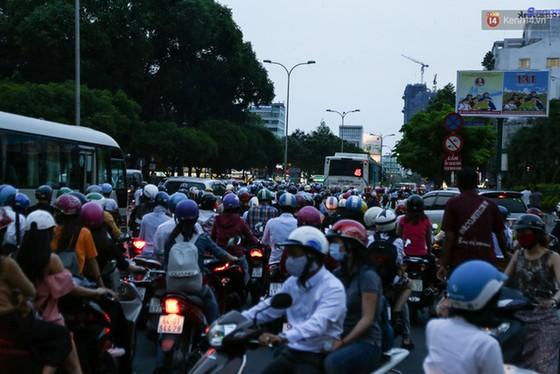 Giao thông ở Sài Gòn rối như canh hẹ sau khi phân luồng thi công nhà ga trung tâm Bến Thành - Ảnh 17.