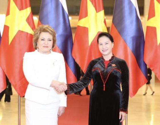 Võ Việt Chung kể chuyện 'thâm cung' áo dài nữ chính khách Việt