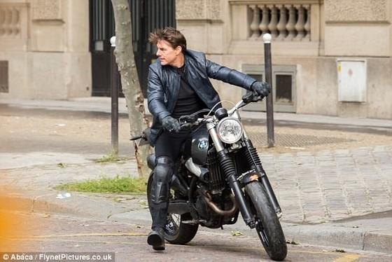 Tom Cruise cưỡi mô tô trên phim trường Mission Impossible 6 ảnh 6