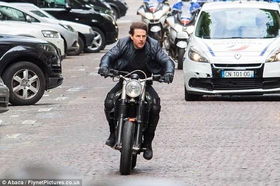 Tom Cruise cưỡi mô tô trên phim trường Mission Impossible 6 ảnh 5