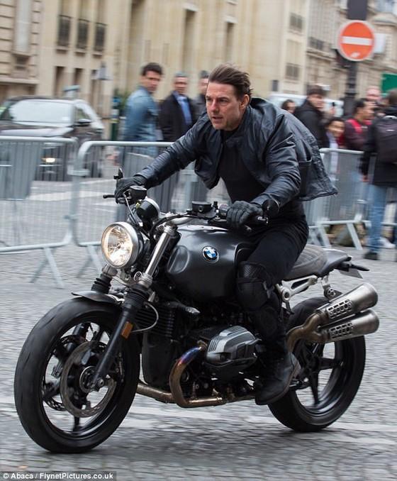 Tom Cruise cưỡi mô tô trên phim trường Mission Impossible 6 ảnh 7