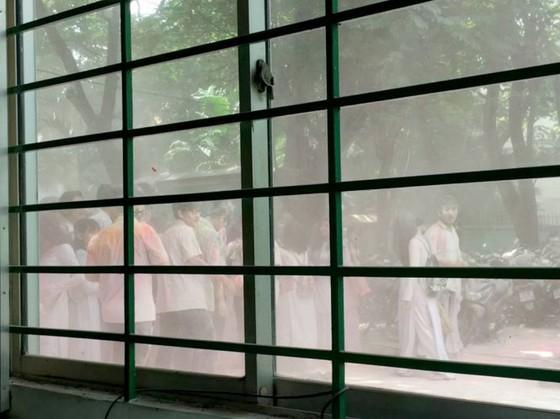Bột màu 'nhuộm' cổng trường sau lễ trưởng thành