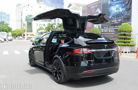 Xe SUV chạy điện Tesla Model X P100D đầu tiên về TP.HCM - ảnh 2