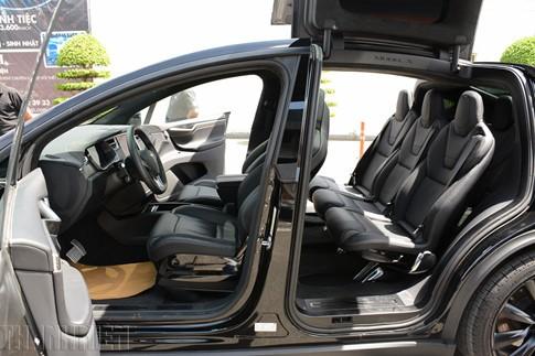 Xe SUV chạy điện Tesla Model X P100D đầu tiên về TP.HCM - ảnh 3
