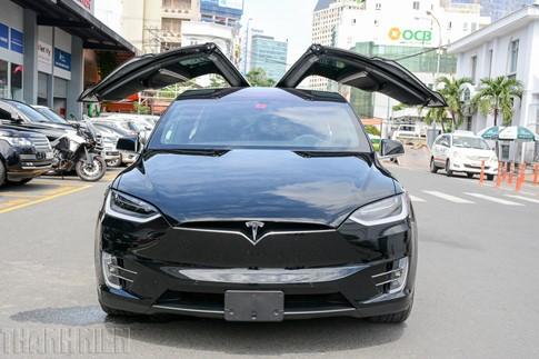 Xe SUV chạy điện Tesla Model X P100D đầu tiên về TP.HCM - ảnh 1