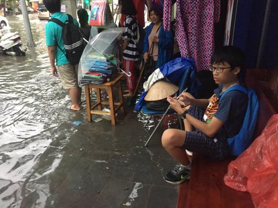 Mưa lớn sau bão số 2, đường phố Hà Nội ngập thành sông