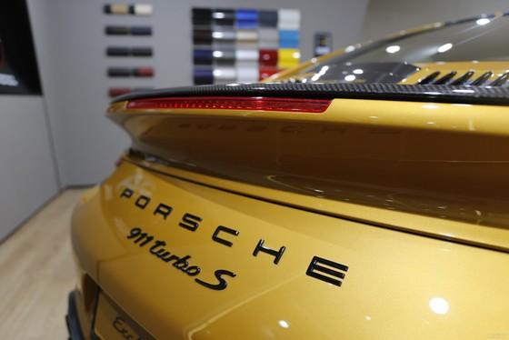 Porsche 911 Turbo S Exclusive Series có giá chỉ hợp với nhà giàu tại đất nước tỷ dân - Ảnh 4.