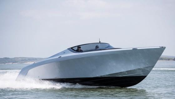 Du thuyền thể thao Aston Martin AM37 đầu tiên đã có chủ - Ảnh 2.
