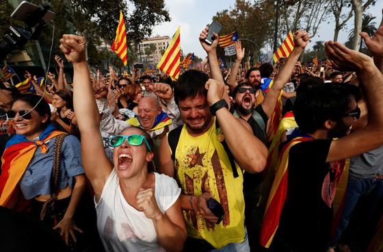 Những hình ảnh của buổi sáng chấn động ở xứ Catalan - Ảnh 10.