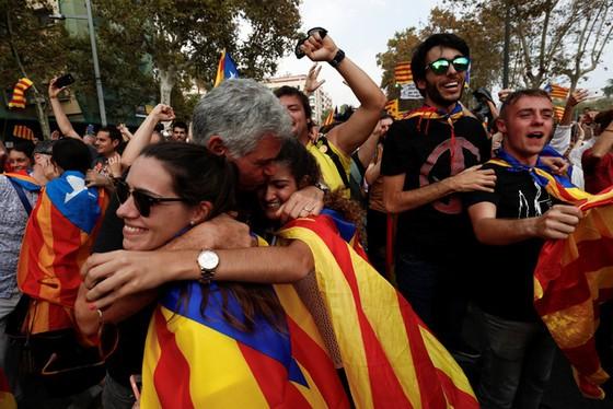 Những hình ảnh của buổi sáng chấn động ở xứ Catalan - Ảnh 11.