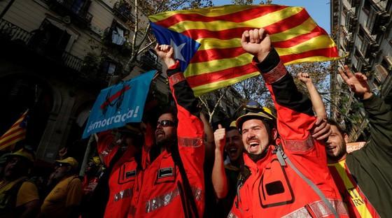 Những hình ảnh của buổi sáng chấn động ở xứ Catalan - Ảnh 12.