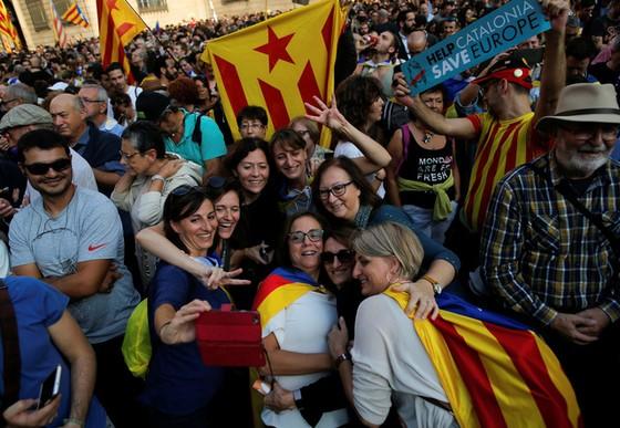 Những hình ảnh của buổi sáng chấn động ở xứ Catalan - Ảnh 13.