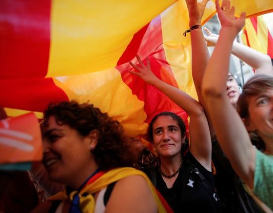 Những hình ảnh của buổi sáng chấn động ở xứ Catalan - Ảnh 14.