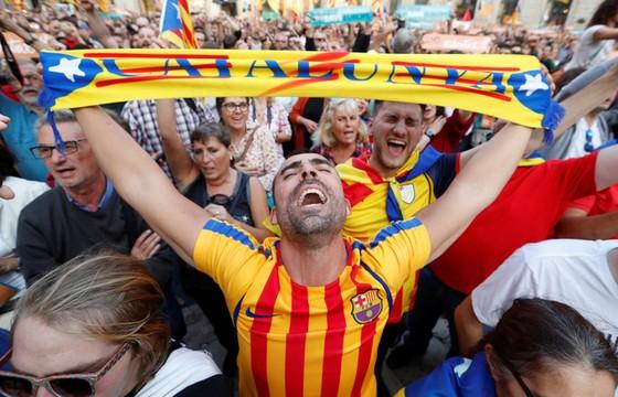 Những hình ảnh của buổi sáng chấn động ở xứ Catalan - Ảnh 15.