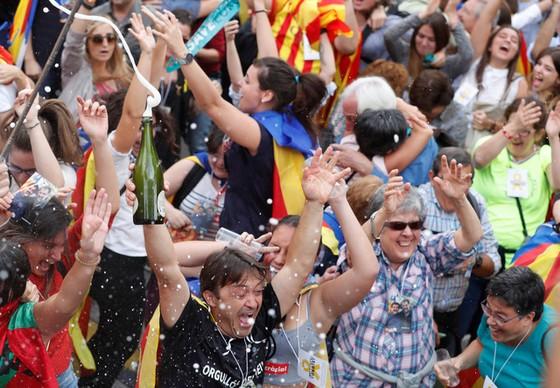 Những hình ảnh của buổi sáng chấn động ở xứ Catalan - Ảnh 3.