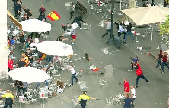 Những hình ảnh của buổi sáng chấn động ở xứ Catalan - Ảnh 8.