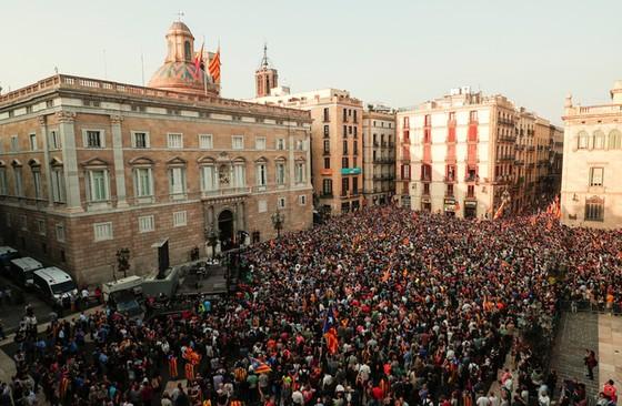 Những hình ảnh của buổi sáng chấn động ở xứ Catalan - Ảnh 9.