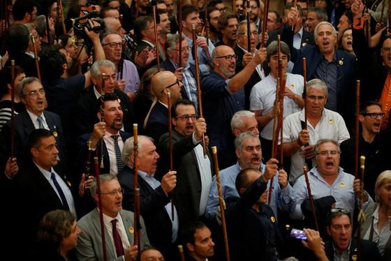 Những hình ảnh của buổi sáng chấn động ở xứ Catalan - Ảnh 4.