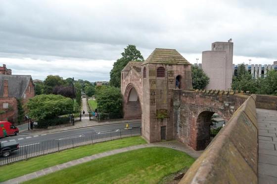Những tường thành nghìn năm hút khách tham quan