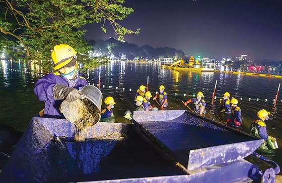 Xuyên đêm cùng đoàn nạo vét hồ Gươm ảnh 4