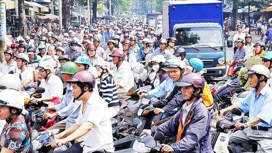 Lao động nhập cư là một trong những nguyên nhân khiến hệ thống giao thông ở TPHCM thường xuyên quá tải. Ảnh: VIỆT DŨNG