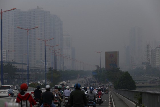 Mù bao phủ, ô nhiễm tại Sài Gòn tăng - Ảnh 1.