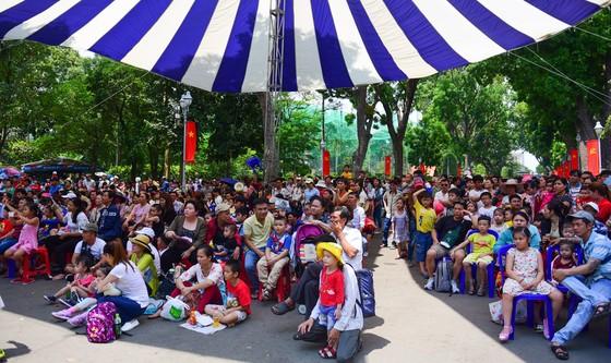 Người Sài Gòn mắc võng trốn nắng ở Thảo cầm viên - Ảnh 2.